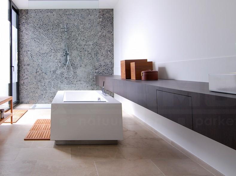 natuursteen keien beach pebbles voorgekleefd op net 33 x 33 wandtegels badkamer