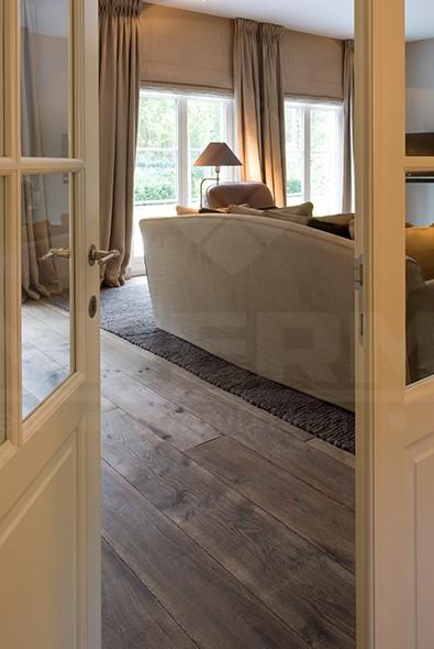 Beau parquet multicouche couleur foncée intérieur classique ambiance chaleureuse