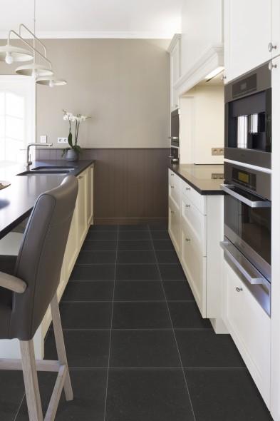 Mooie krasbestendige keramische vloertegel in trendy antraciet
